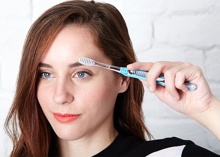 toothbrush-beauty-hacks-eyebrow-grooming